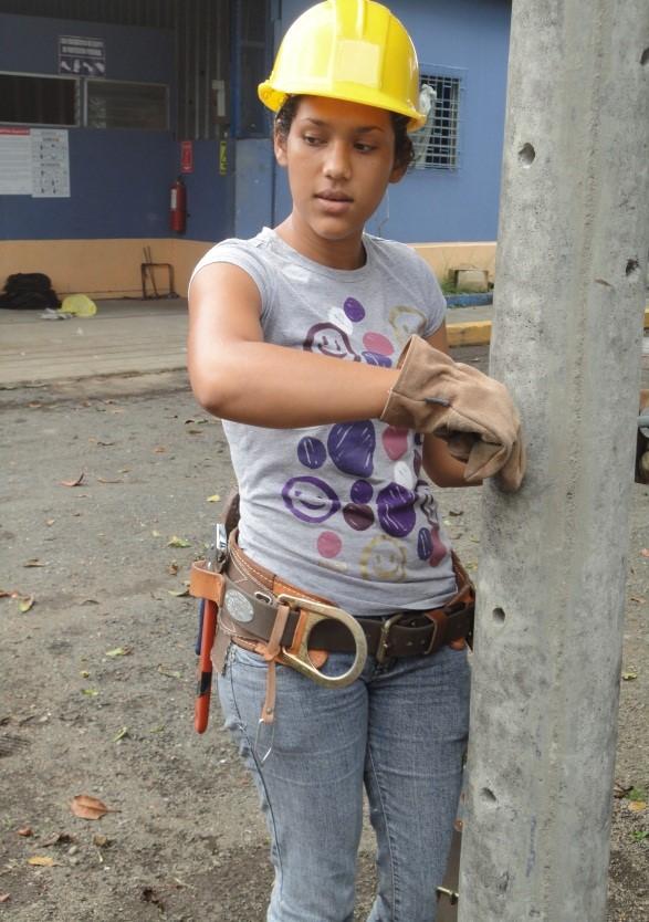 Linewoman (powerline technician) at work, ENATREL/PELNICA, Nicaragua. Credit: Ing. Jose Ramon Zeledon, PELNICA.