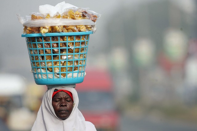 Ghana, Ghanaian vendor sells potato crips in Accra
